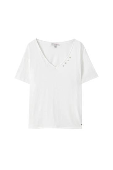 Maglietta bianca con bottoni sullo scollo