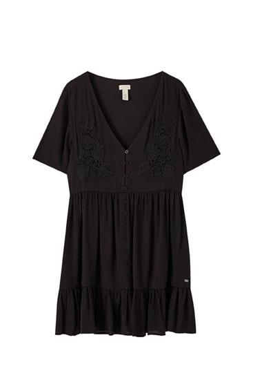 Φόρεμα με λωρίδες και λεπτομέρεια με κεντήματα