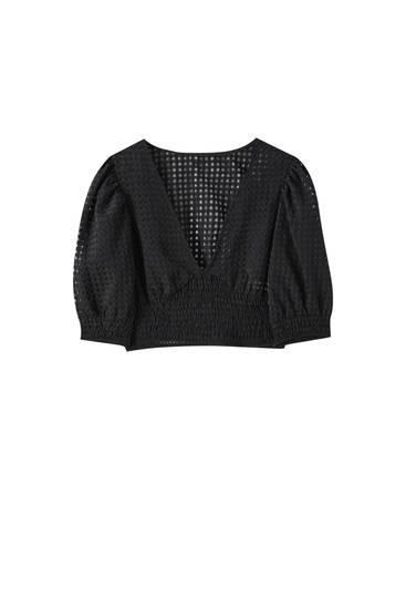 Черная блуза из ткани полотняного плетения со сборкой