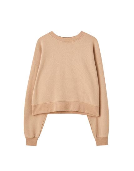 Vienkāršs džemperis ar apaļu kakla izgriezumu