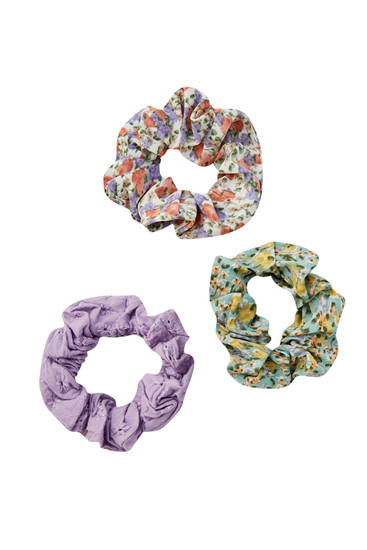 Pack of scrunchies with Swiss embroidery