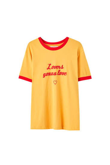Basic-Shirt mit Slogan und kontrastierendem Patentmuster