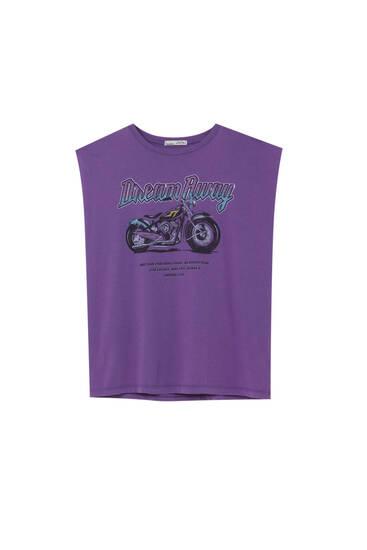 Фиолетовая футболка с надписью и принтом