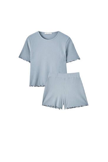 Комплект из футболки и шорт серого цвета