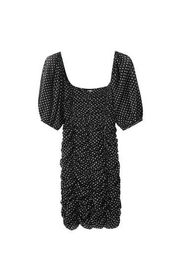 Черное платье в горошек со сборкой