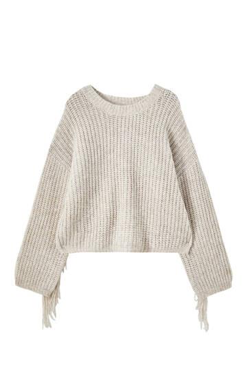 Úpletový svetr střásněmi na zádech