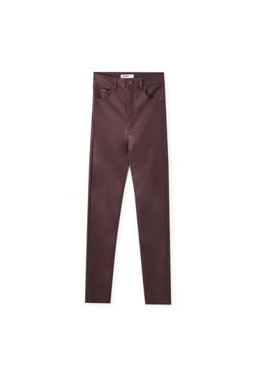 Jeans med coating og høj talje