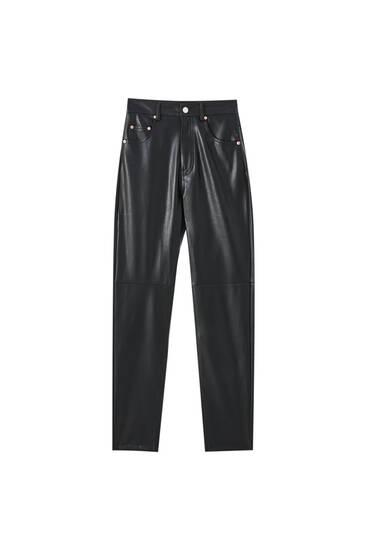 Jeans mom fit slim fit com efeito pele