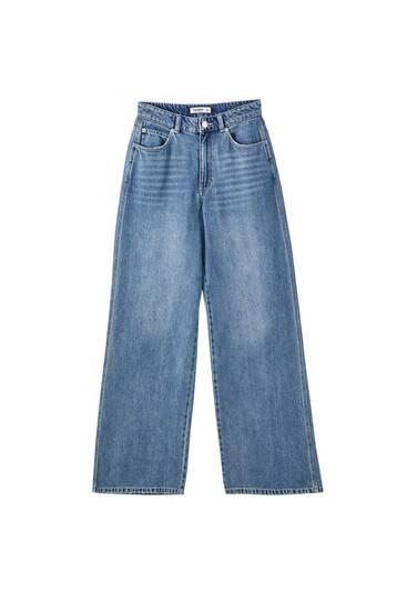 Джинсы выцветшего синего цвета с широкими штанинами