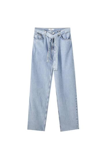 Blaue Jeans mit weitem Bein und Gürtel