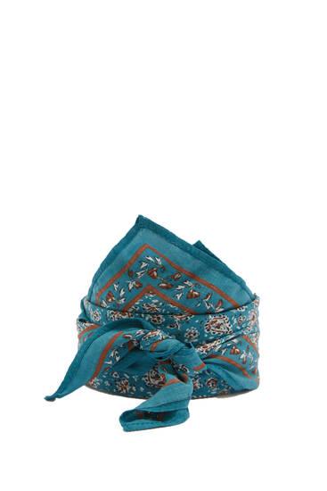 Blåt tørklæde med kontrasterende print