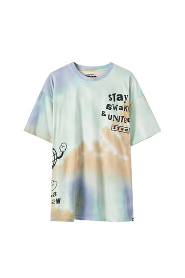Batikfarvet T-shirt med 'Stay awake'