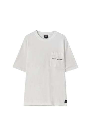 T-shirt med text och ficka