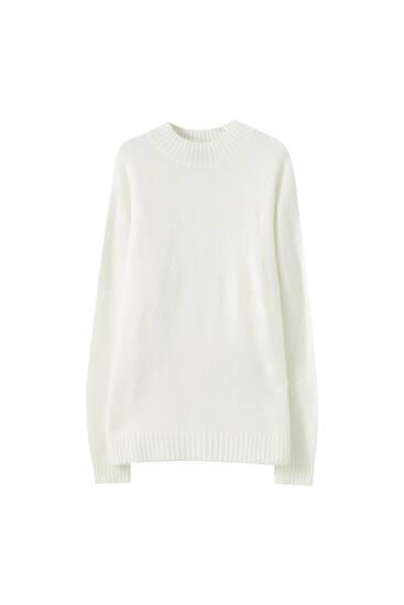 Мягкий свитер с высоким воротником