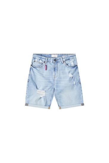 Bermuda jeans slim fit con dettaglio di strappi