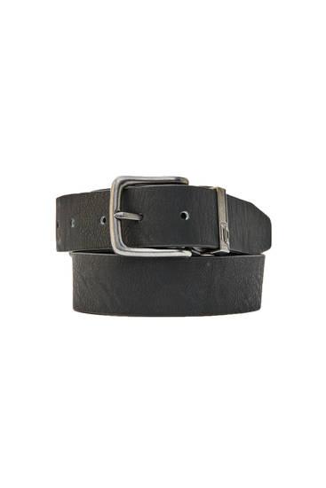 Schwarzer Kunstledergürtel mit Metallschnalle