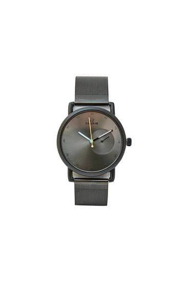 Черные часы с сетчатым ремешком