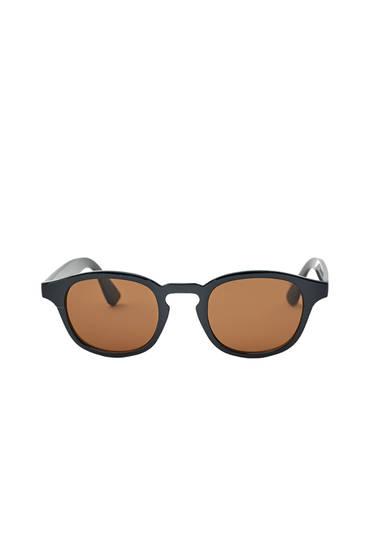 Солнечные очки в пластмассовой черной оправе