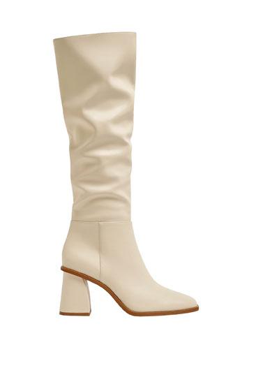 Hohe Stiefel mit kastenförmiger Zehenpartie