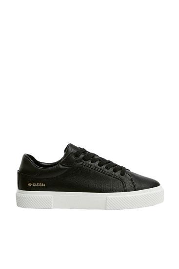 Koordinatlı siyah spor ayakkabı
