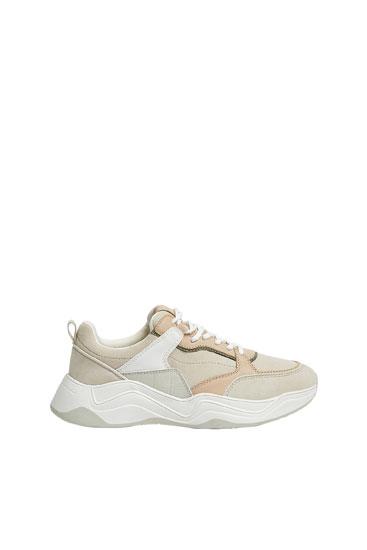 Buty sportowe z łączonych materiałów