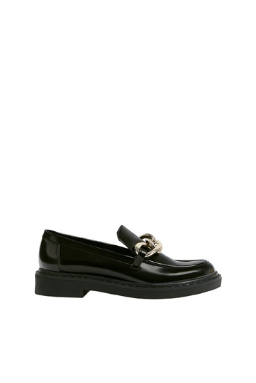 Faux-patent-finish loafers with chain detail