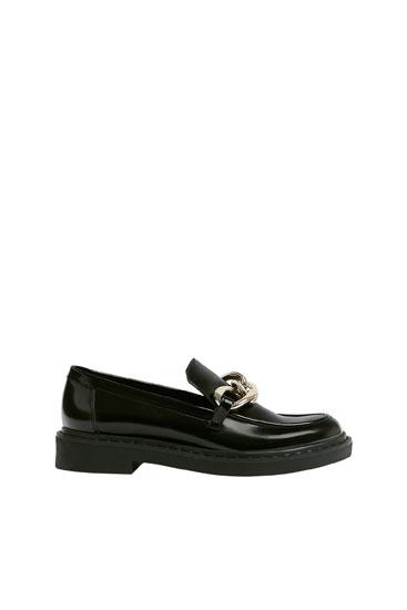 حذاء لوفر من جلد لامع بسلسلة