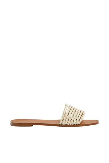 Sandales beiges à empeigne tressée