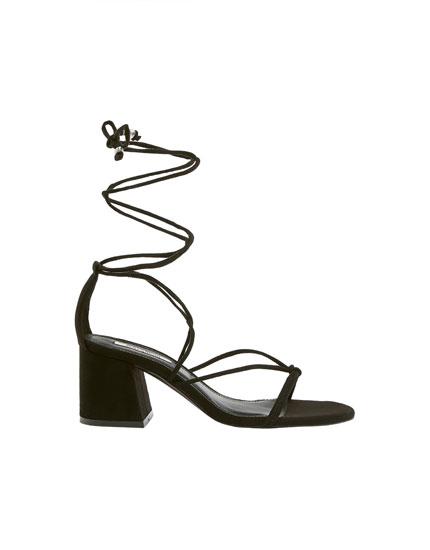 Černé boty s pásky přes nárt