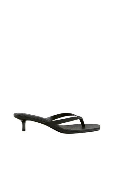 Absatz-Sandalen im minimalistischen Stil