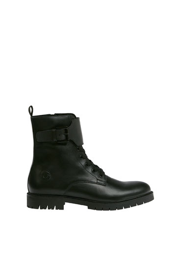 Leather boots with buckle detail