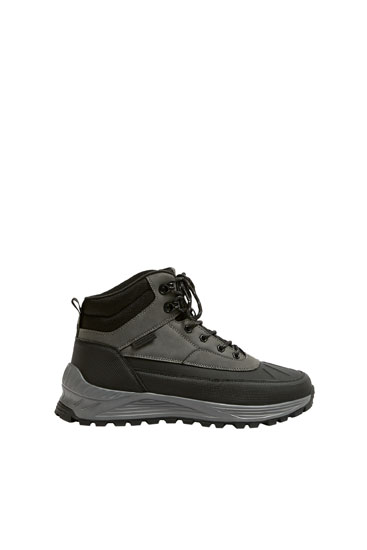 High-top hiking trainers