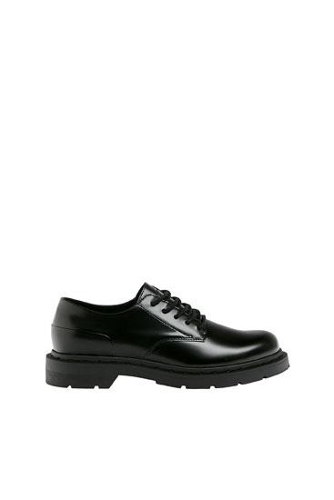 Siyah kalın tabanlı ayakkabı