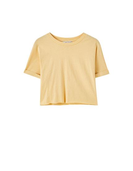 Укороченная футболка с необработанной кромкой по низу