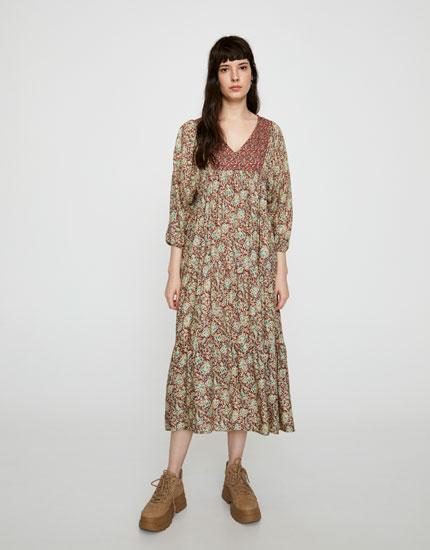 Μίντι φόρεμα με ντεκολτέ σε άλλο σχέδιο