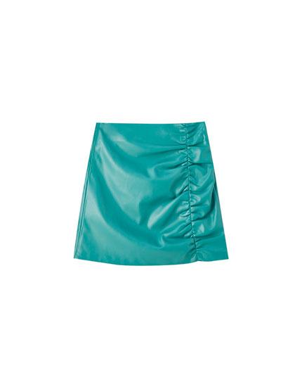 Πράσινη ντραπέ φούστα με όψη δέρματος