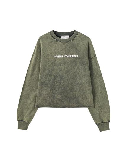 Sweatshirt em desbotado com mensagem