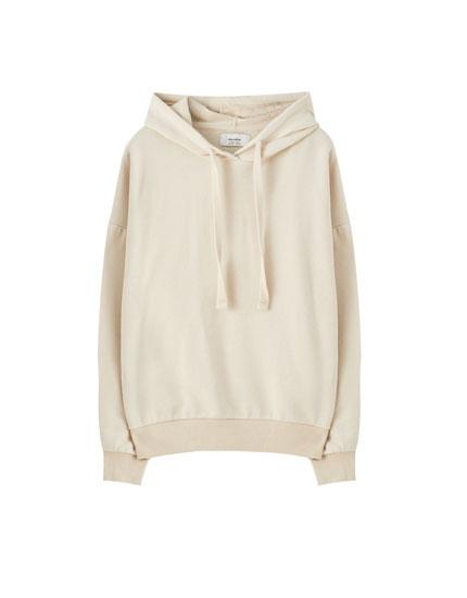 Vienkāršs džemperis ar kapuci, kas savelkama ar aukliņu