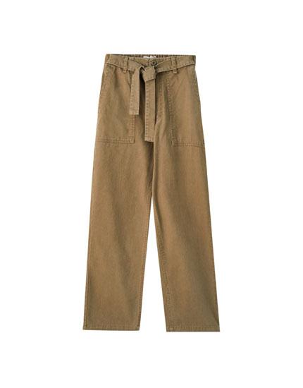 Hose mit Gürtel und aufgenähten Taschen