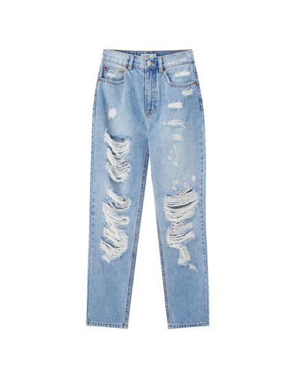 Mom-Jeans mit Rissen an den Beinen
