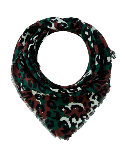 Scarf with a multicoloured camouflage print