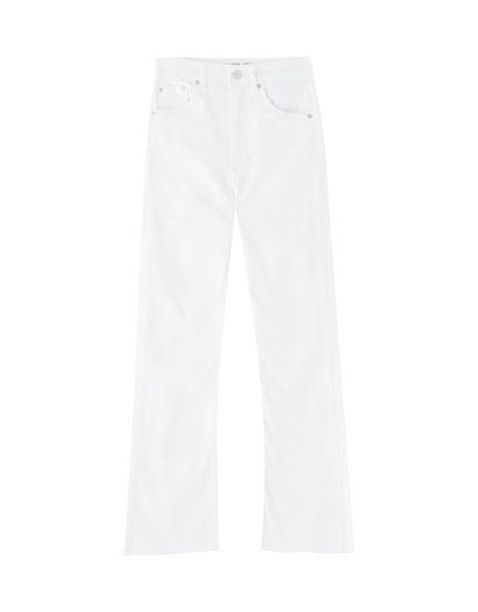 Jeans acampanados blancos ajustados