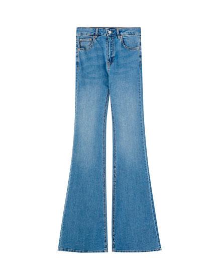 Vienkārši džinsi ar paplatinātiem galiem
