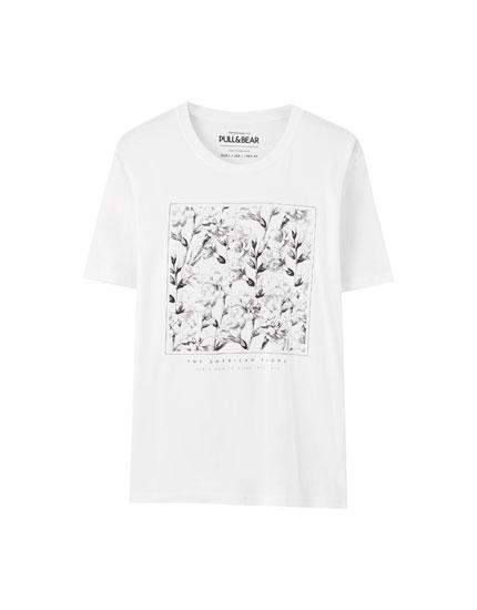 T-shirt com ilustração de flores em contraste