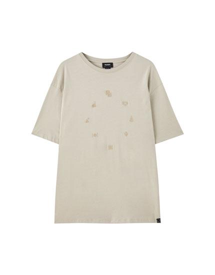 Camiseta blanca texto circular