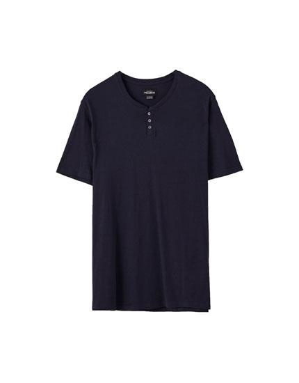 Κοντομάνικη μπλούζα με λαιμόκοψη με κουμπιά