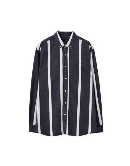 Blaues Hemd mit weißen Streifen
