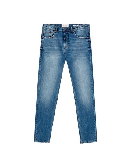 Синие джинсы комфортного облегающего кроя средней посадки