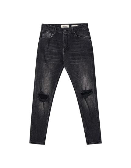 Черные джинсы зауженного кроя с эффектом потертости