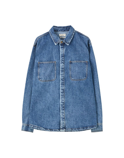 Blaues Jeanshemd im 90er-Jahre-Stil
